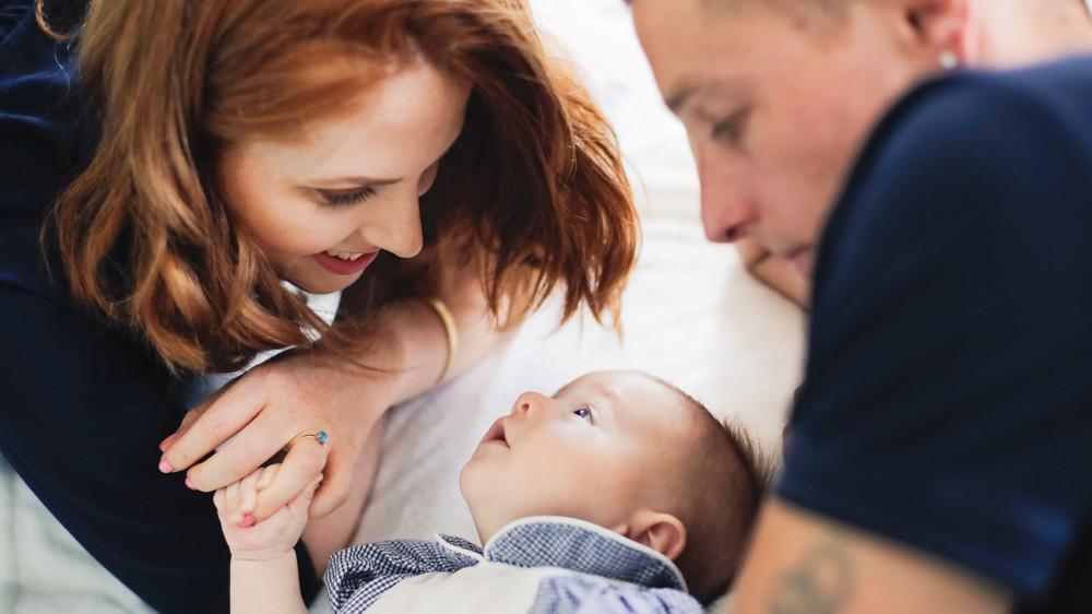 bébé regarde maman et papa