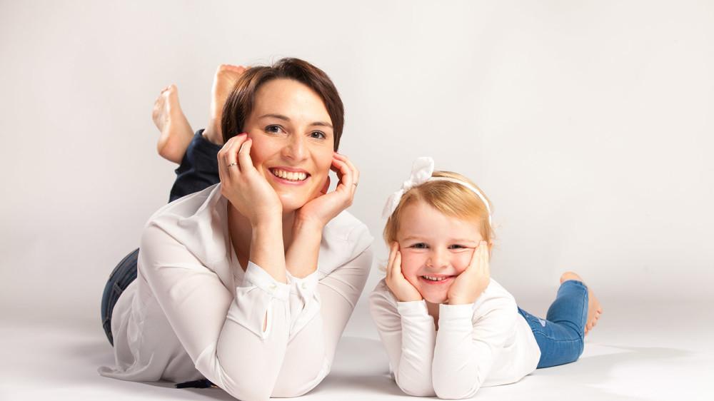 Photo de famille en studio à Lannion, maman et fille